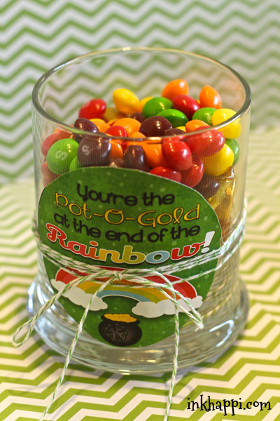 Quick and easy St Patricks day printables and treat ideas. Surprise your co-workers or family with this to add some fun to their day. :)