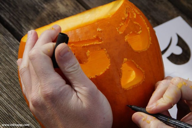 Some awesome tops for carving a pumpkin keeping it simple and easy! #pumpkincarving #pumplins #jackolantern #halloween #howtocarveapumpkin